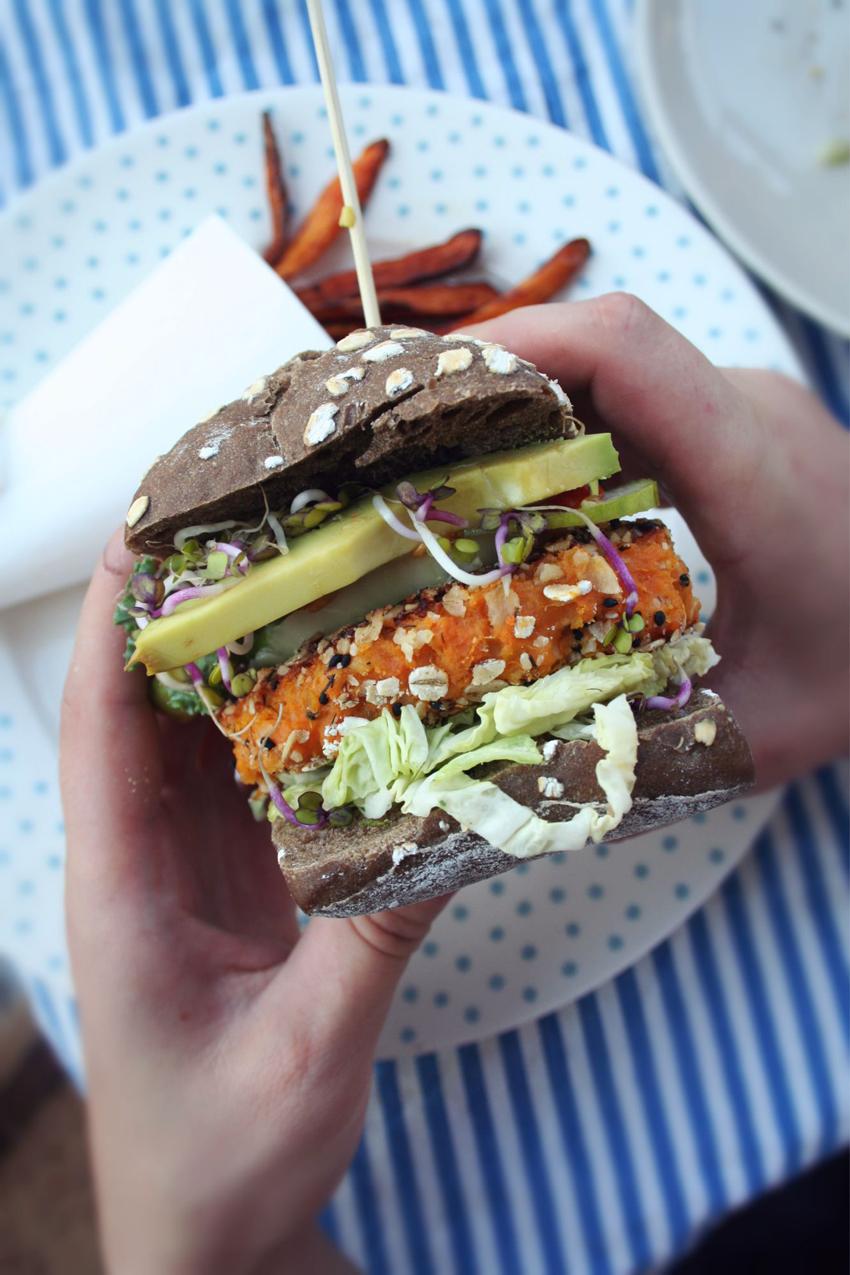 Roślinożerna Rokicka: burger z batatów i ciecierzycy i frytki z batatów