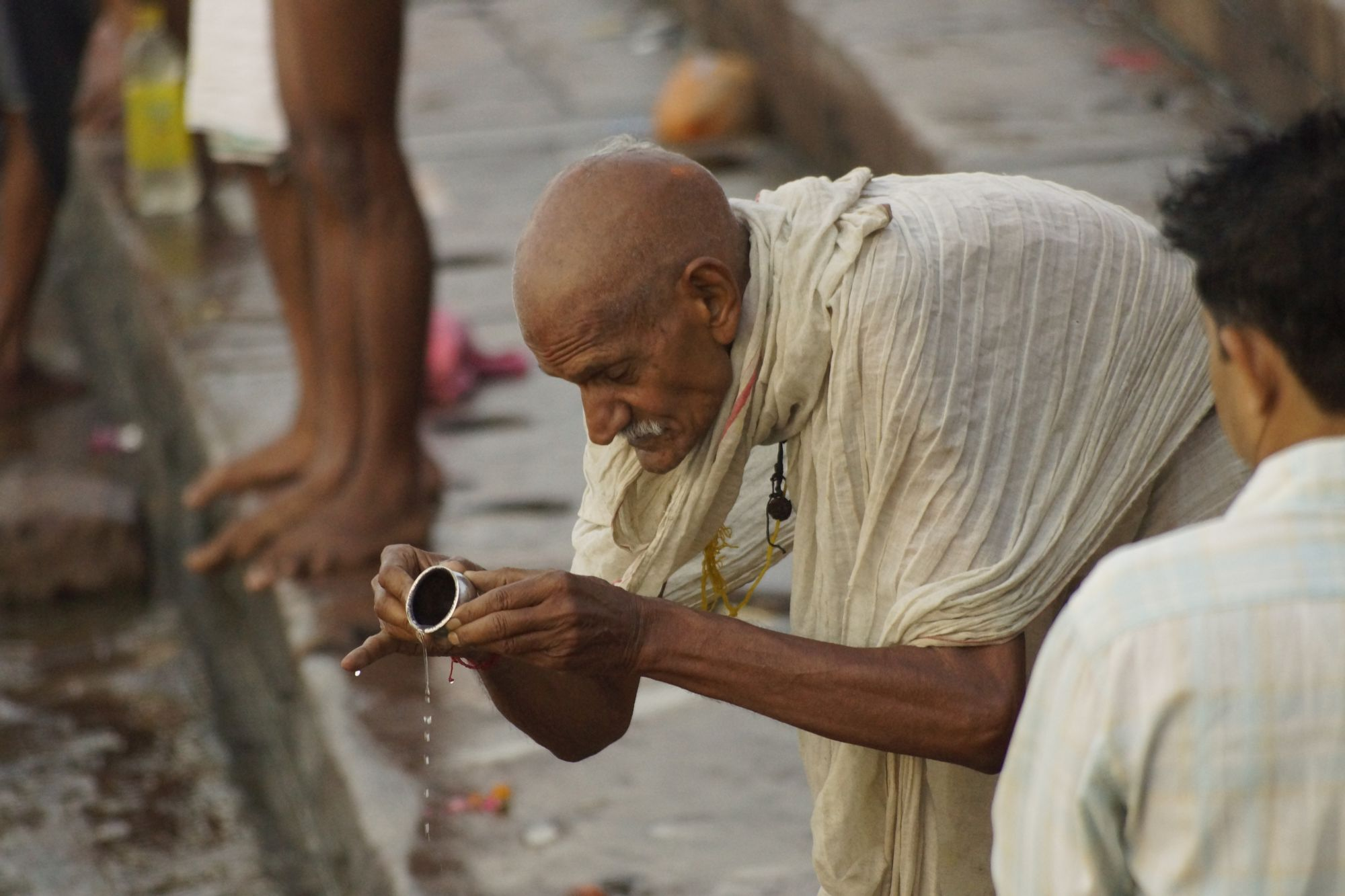Poranna modlitwa w wodach Gangesu