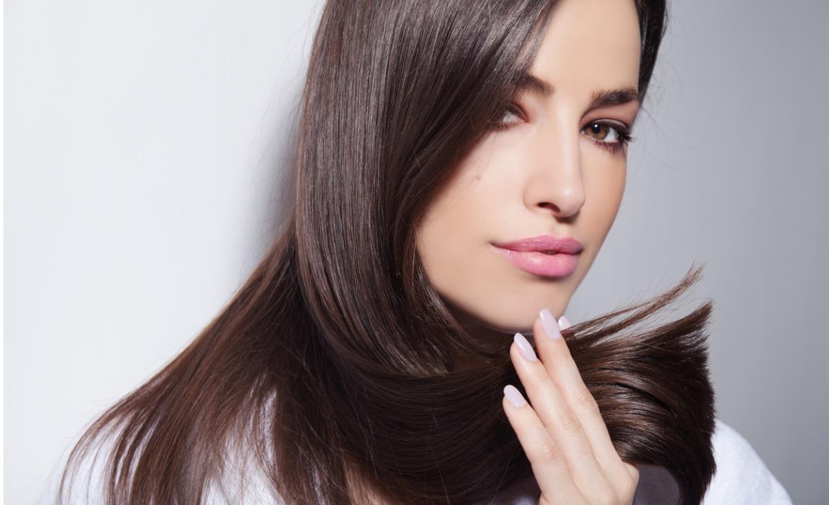 Zniszczone i rozdwojone końcówki włosów. Jak o nie dbać?