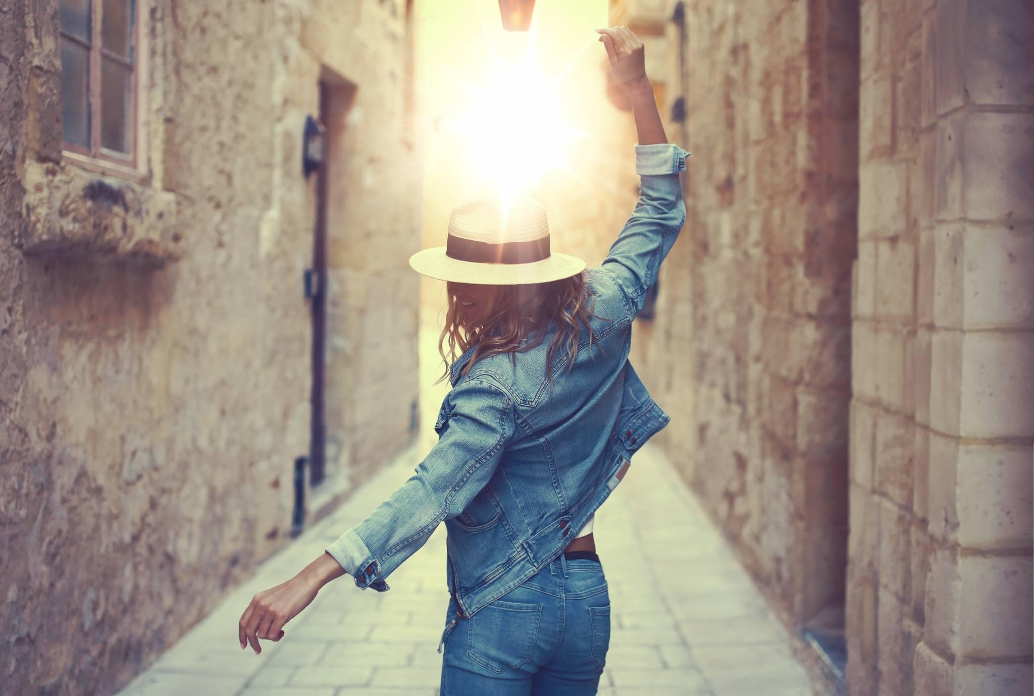 Denim w pełnym słońcu - jak nosić jeans latem?