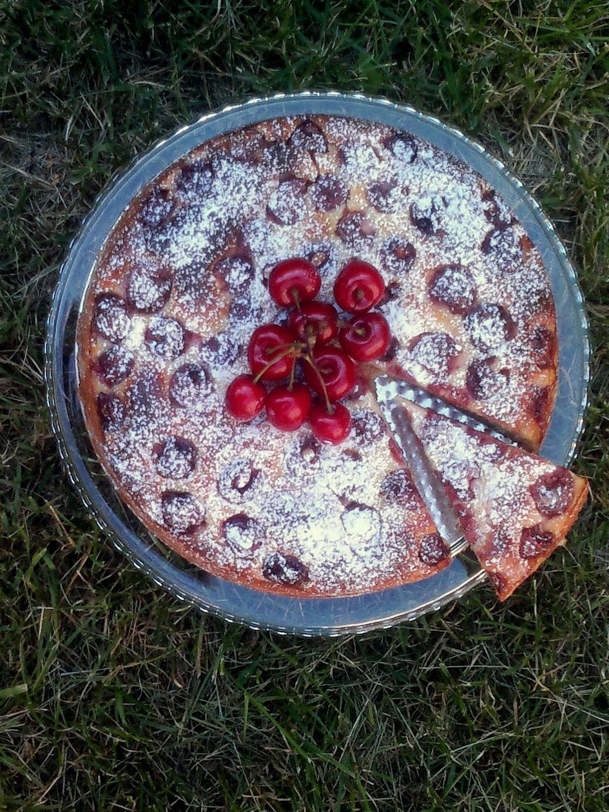 Wrońska na słodko: Ciasto Twarogowe z Czereśniami i Śmietankową Polewą