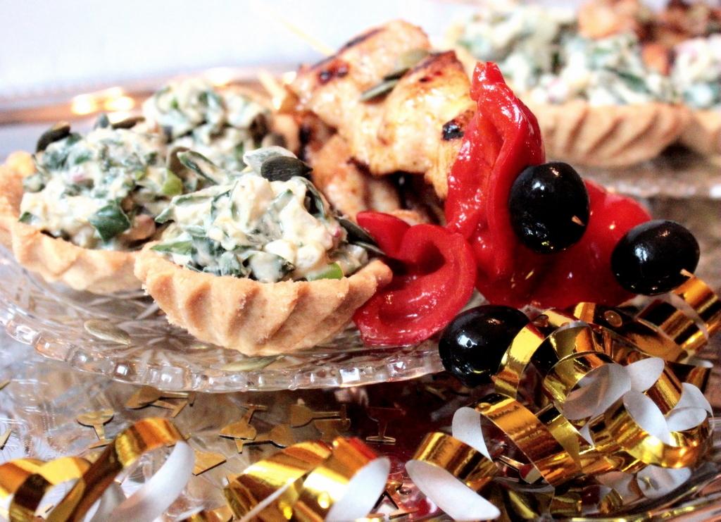Drobiowe szaszłyki  i tartinki szpinakowe z hummusem