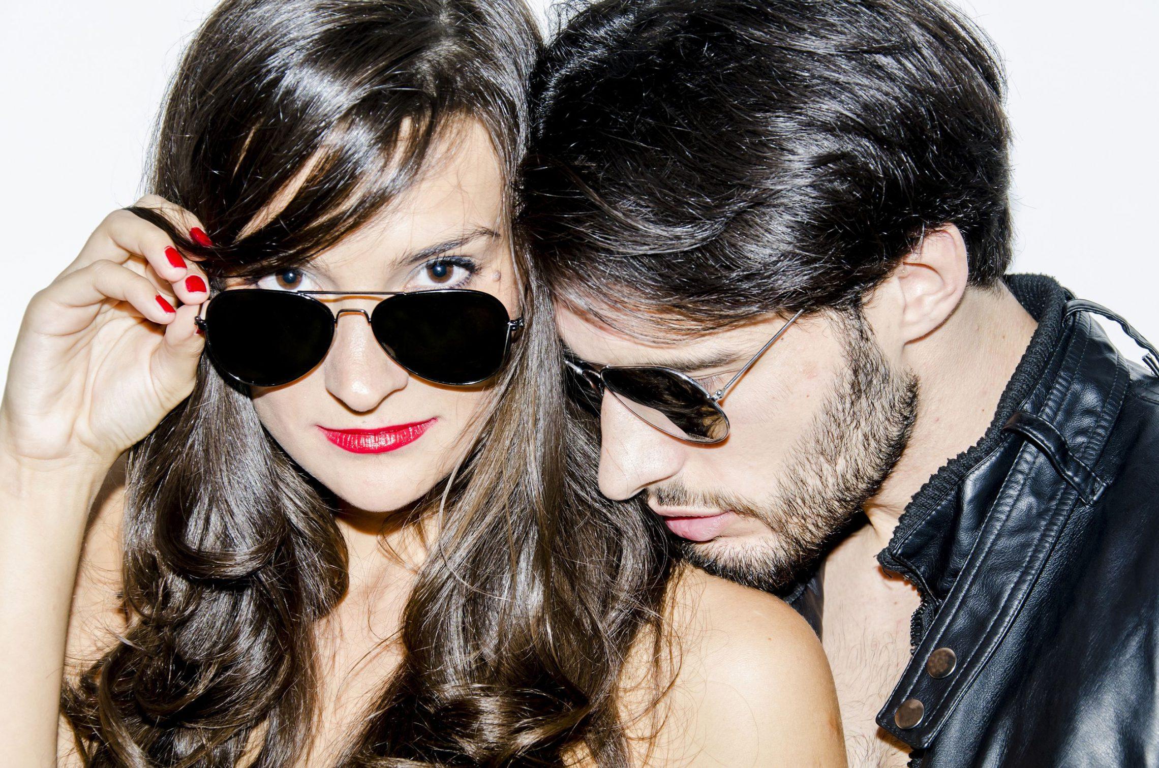 Okulary słoneczne: niezbędny dodatek nie tylko modowy