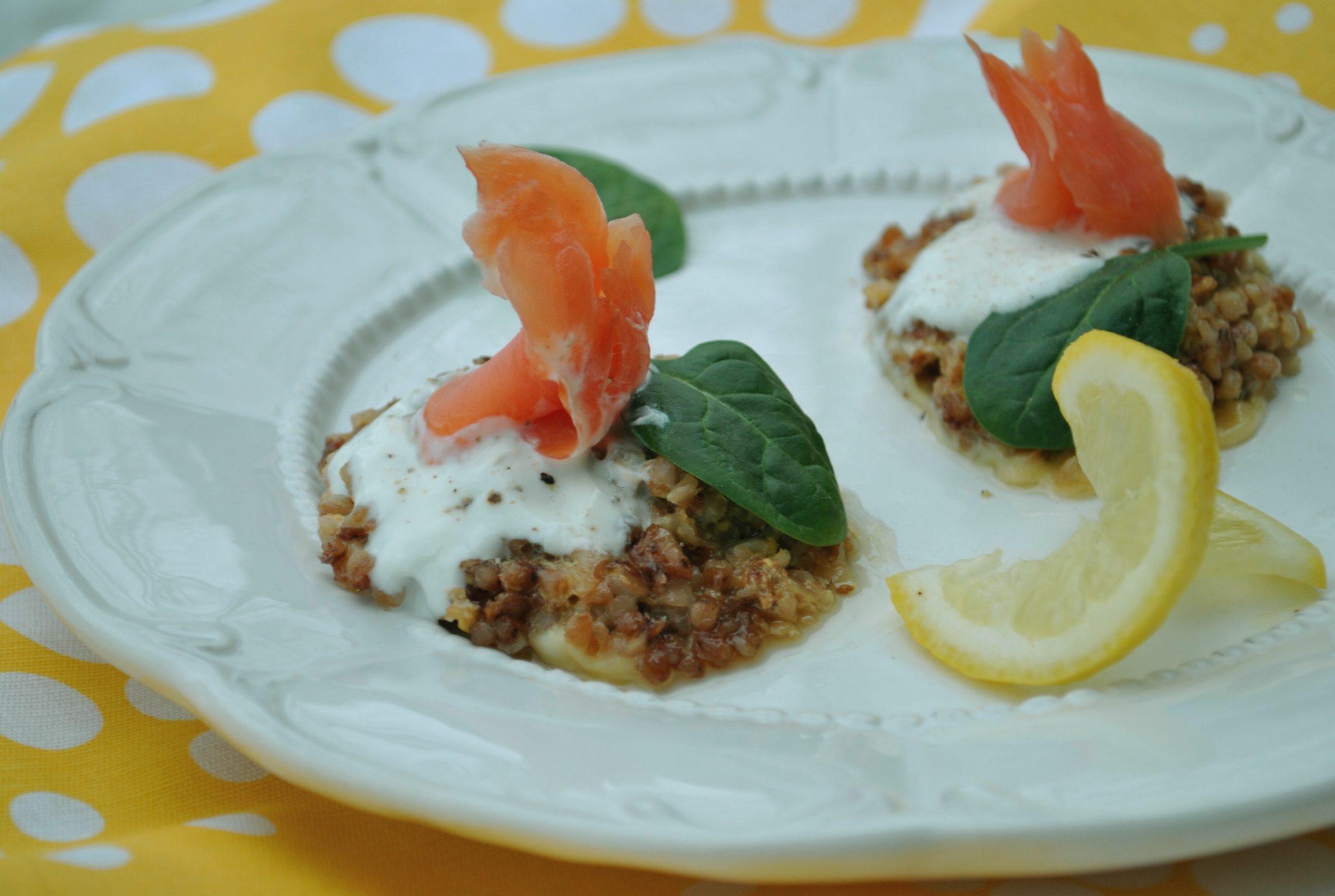 Placuszki gryczane z łososiem i szpinakiem