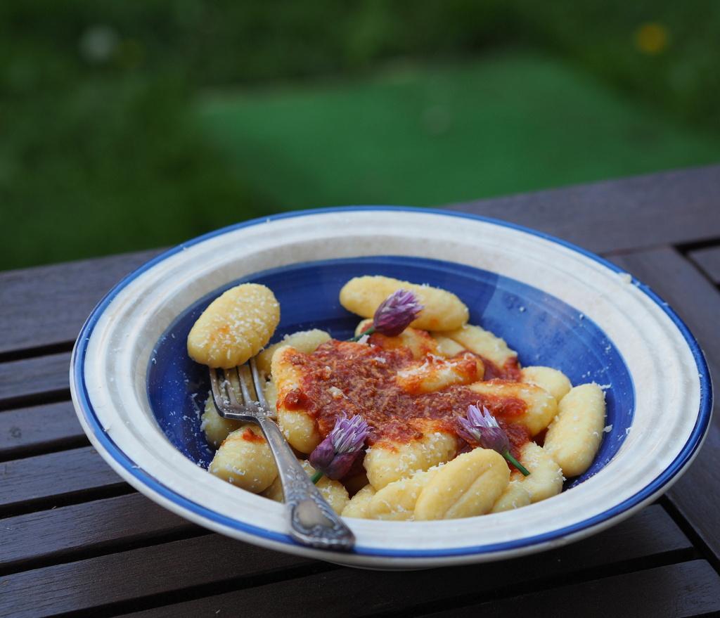 Gnocchi w pomidorach, z parmezanem i kwiatami szczypiorku