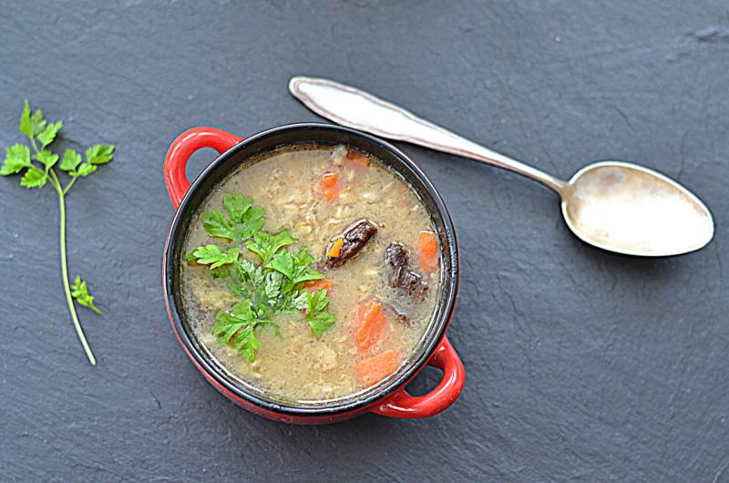 Kuchennymi drzwiami w rytmie slow: Krupnik grzybowy z kaszą owsianą i trybulą