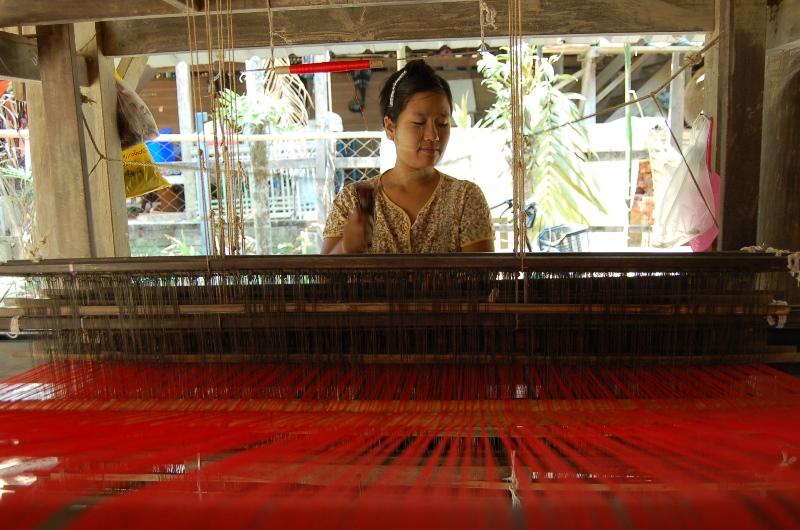 8. Aung Khin Oo przy krośnie