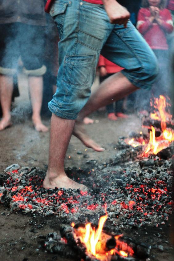Firewalking – chodzenie po rozżarzonych węglach