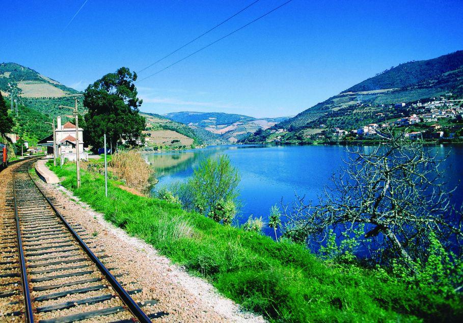 Wybierz się zabytkowym pociągiem przez dolinę Douro