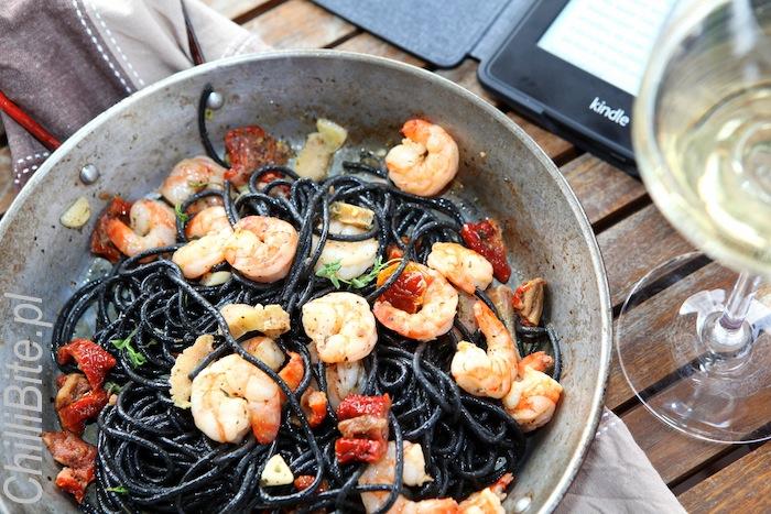 Czarne spaghetti z rabarbarem i krewetkami
