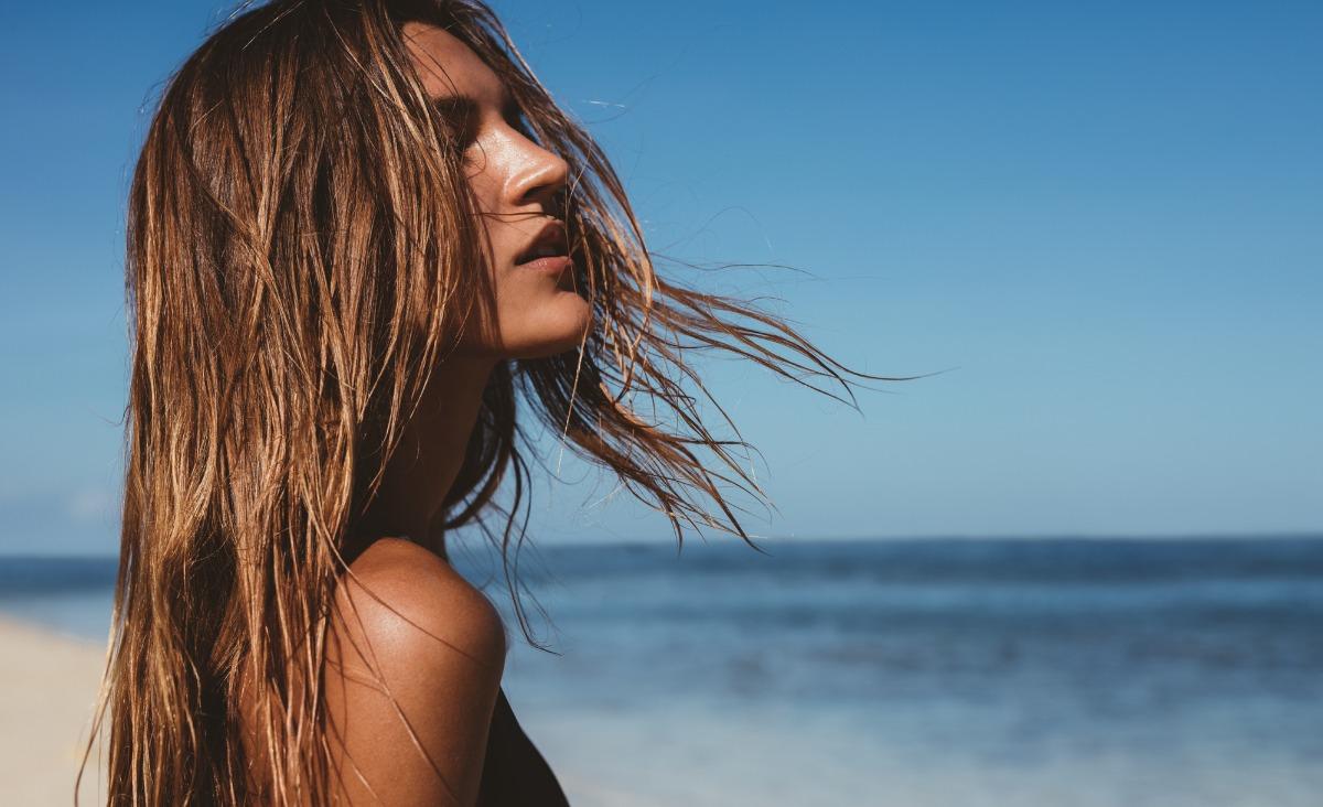 Słońce we włosach, czyli jak dbać o włosy latem