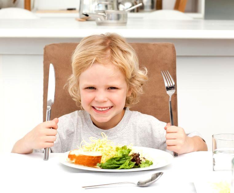 Dziecko przy stole: uśmiechnij się i jedz