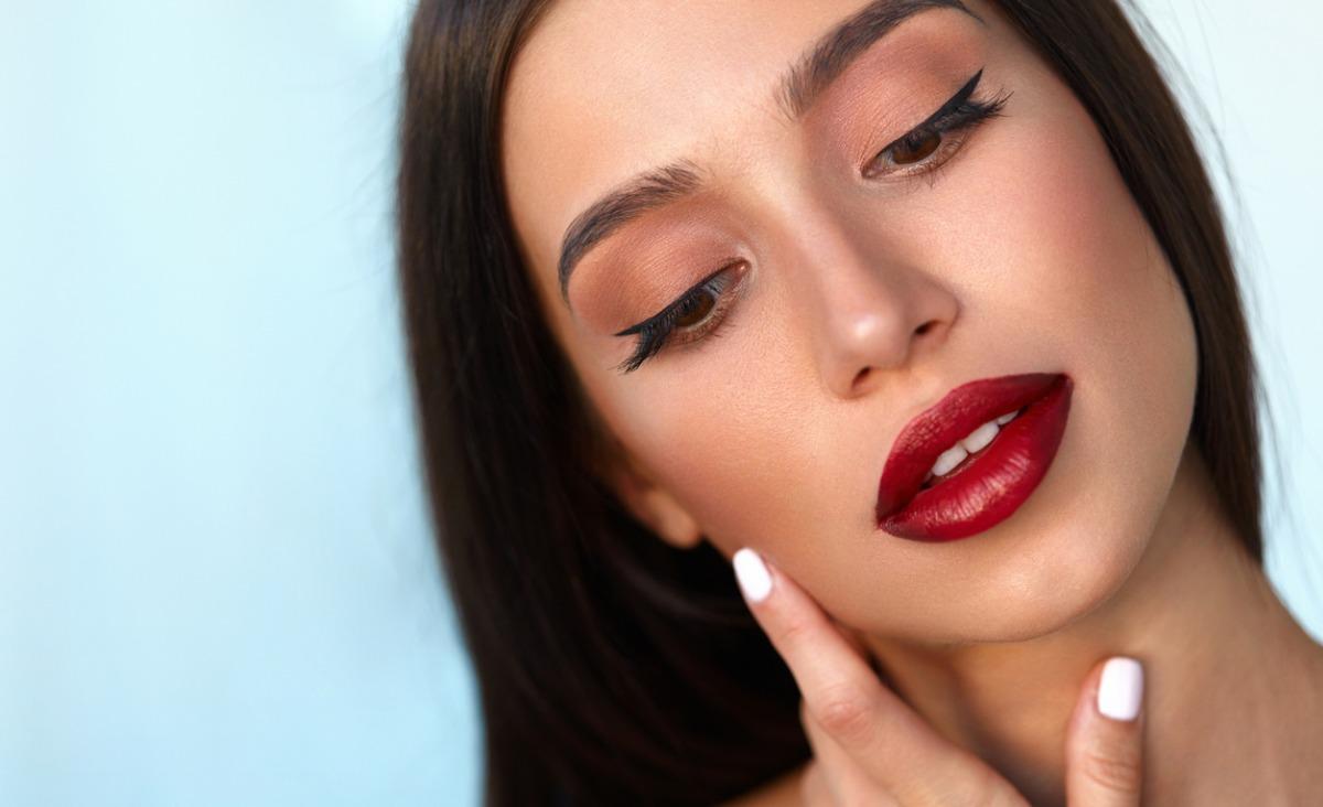 Dla kogo czerwień, dla kogo brąz? Dwa makijażowe trendy na jesień w praktyce