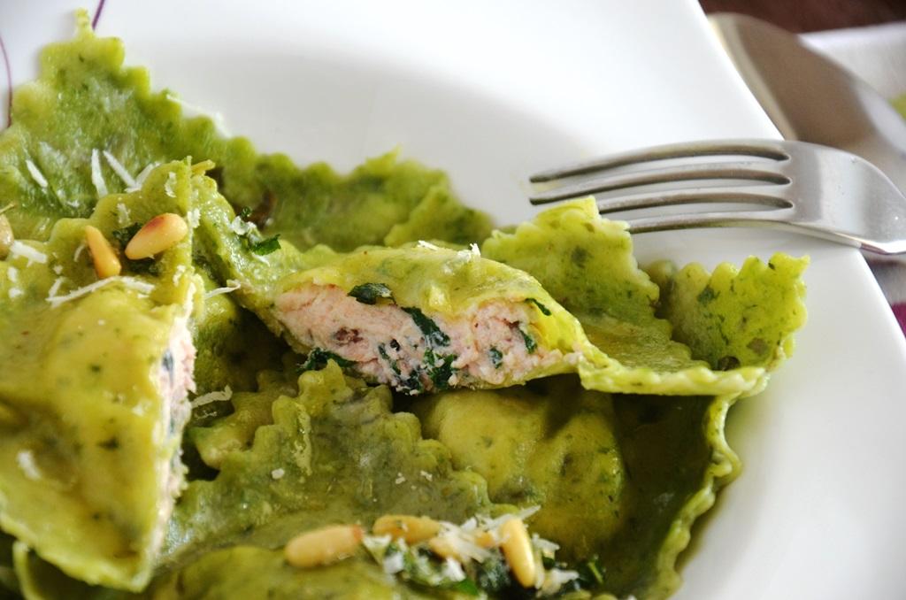 Szczawiowe ravioli z łososiem, ricottą i botwinką