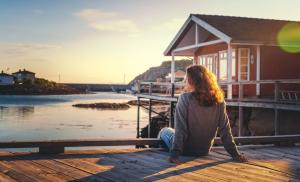 2013/07/trudne-sytuacje-jak-sobie-radzic-z-emocjami-beautiful-young-girl-traveler-sitting-on-wooden-pier-on-the-of-red-picture-id1167599627.jpg