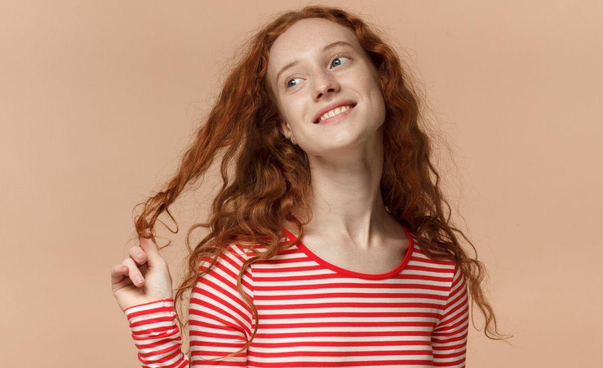 Poprawianie włosów przez kobietę to wabik a zarazem czułość i delikatność gestu wobec tego mężczyzny. (Fot. iStock)