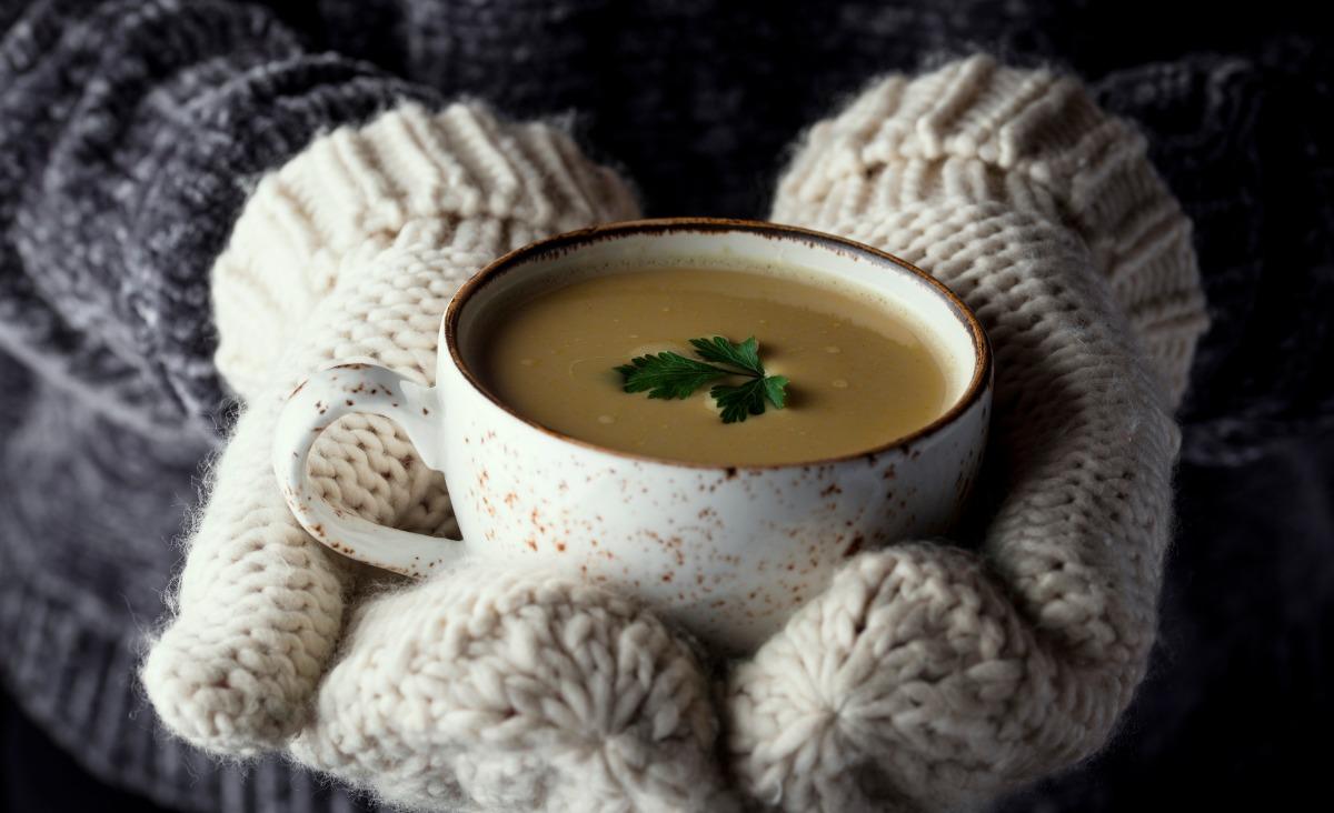 Zimą na stole powinny królować gorące potrawy, najlepiej zupy. (Fot. iStock)