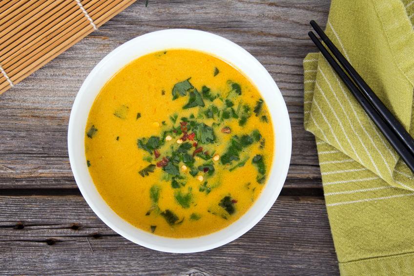 Rozgrzewająca zupa curry z suszonym ananasem