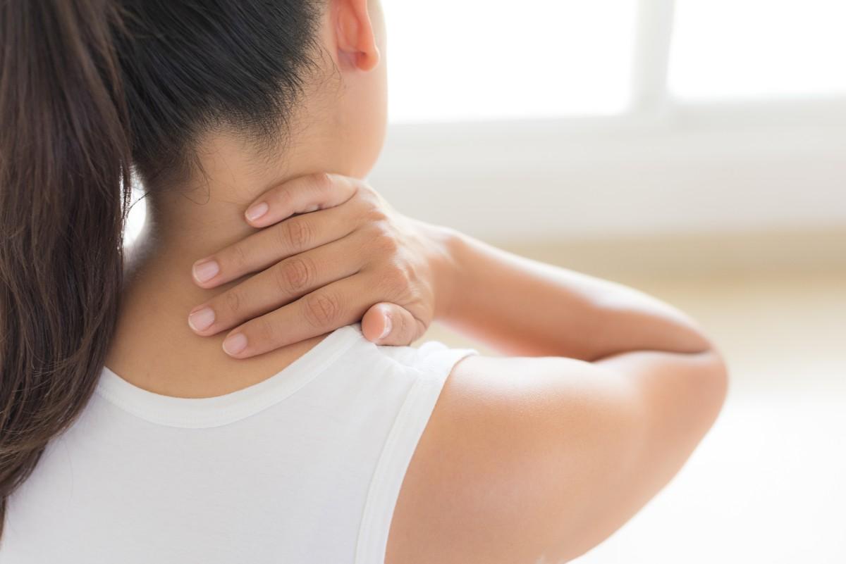 Wysuwając głowę, obciążamy mięśnie prostujące szyi, a to może powodować przykurcze, bóle szyi, głowy, pleców, barków, rąk. (Fot. iStock)