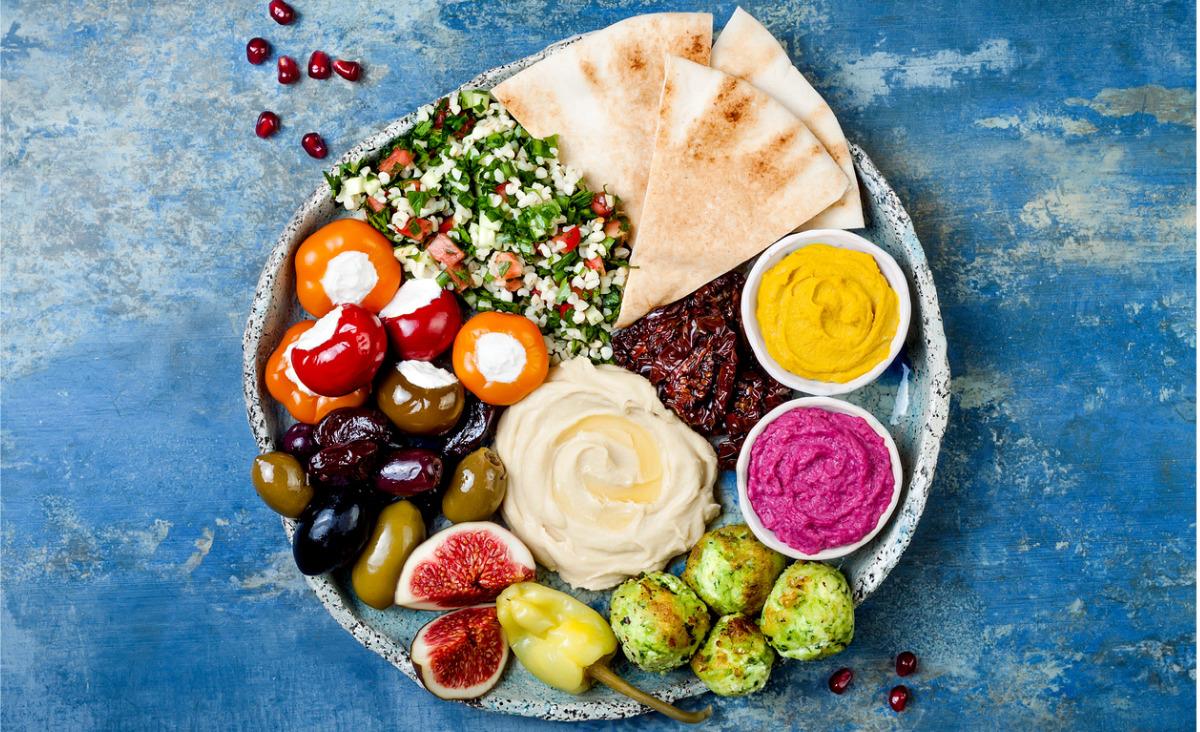 Meze, czyli talerz warzyw, oliwek i sera, to ulubiona przekąska Greków (Fot. iStock)