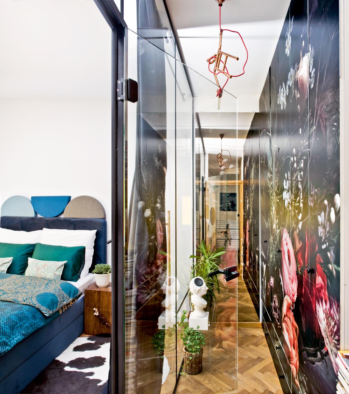 Labo do przeprowadzania doświadczeń, oddzielone taflą szkła od korytarza z barokową tapetą. (Fot. Jakub Pajewski, stylizacja Basia Dereń-Marzec)