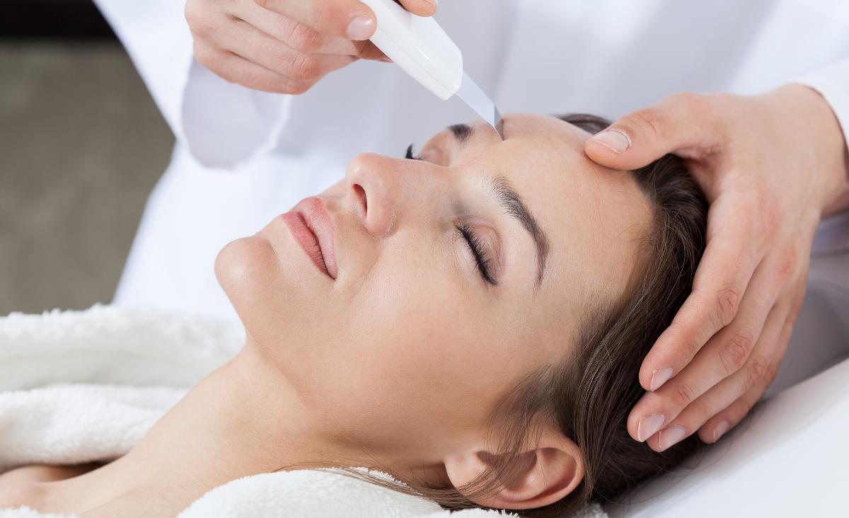 Peeling kawitacyjny w salonie kosmetycznym
