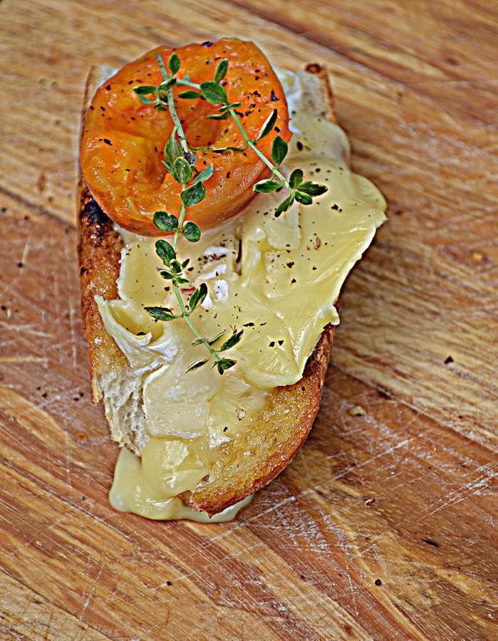 Grzanki z karmelizowaną morelą i serem tallegio za kuchennymi drzwiami