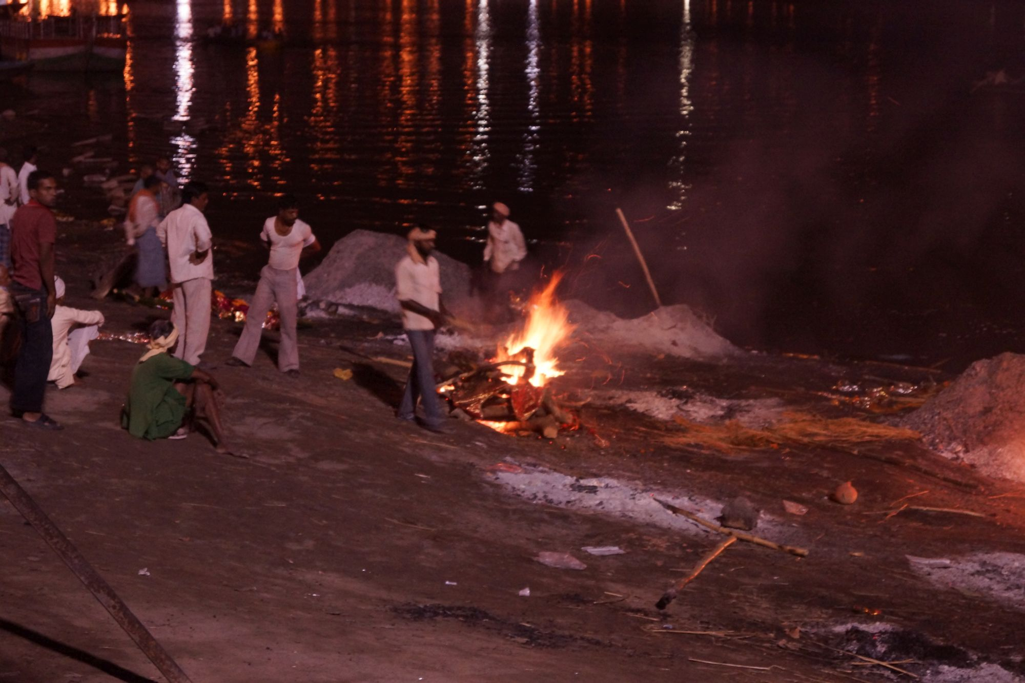 Stosy kremacyjne w Waranasi