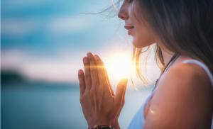 2021/01/medytacja-uwaznosci-sluchaj-swojego-ciala-meditating-close-up-female-hands-prayer-picture-id1141689090.jpg