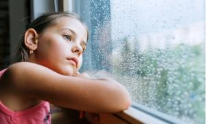 2021/02/uczmy-dzieci-mowic-nie-little-sad-girl-pensive-looking-through-the-window-glass-with-a-lot-picture-id1170879651.jpg