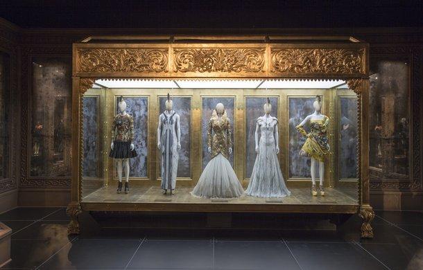"""""""Savage Beauty"""". Wystawa Alexandra McQueena w Londynie"""