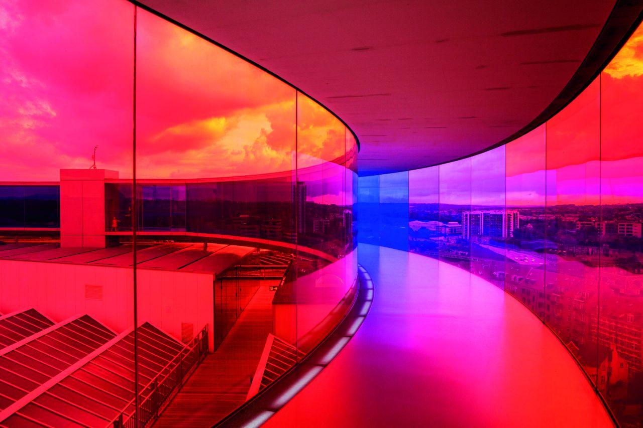 """""""Your Rainbow Panorama"""" (2011), czyli 150-metrowy spacerowy korytarz z tęczowych szyb, zbudowany na dachu ARoS Aarhus Art Museum w Danii."""
