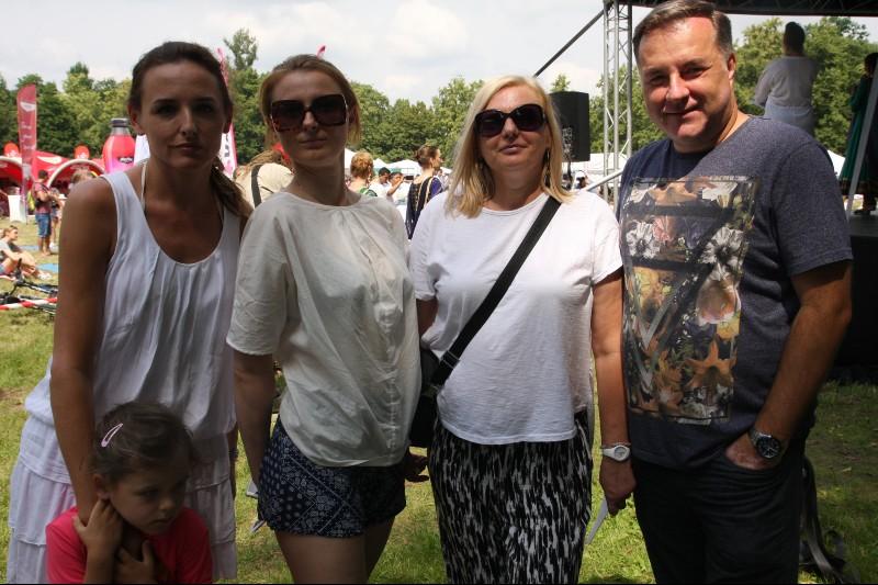 Na zdjęciu od lewej: Justyna Ogłozińska (z córką) i Katarzyna Wesołowska z Wydawnictwa Zwierciadło oraz Jolanta Szymańska i Michał Korpusik z Media Connect. (Fot. Materiały prasowe)