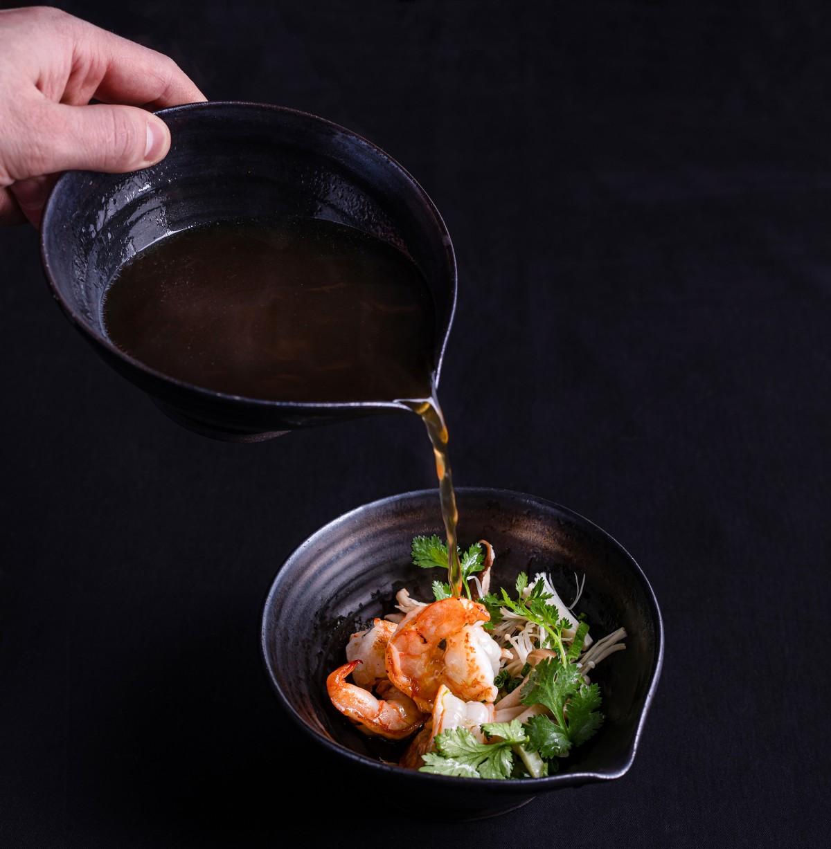 Rozgrzewający bulion z krewetkami i grzybami. Orientalna eksplozja smaków, aromatów i struktur. (Fot. materiały prasowe)