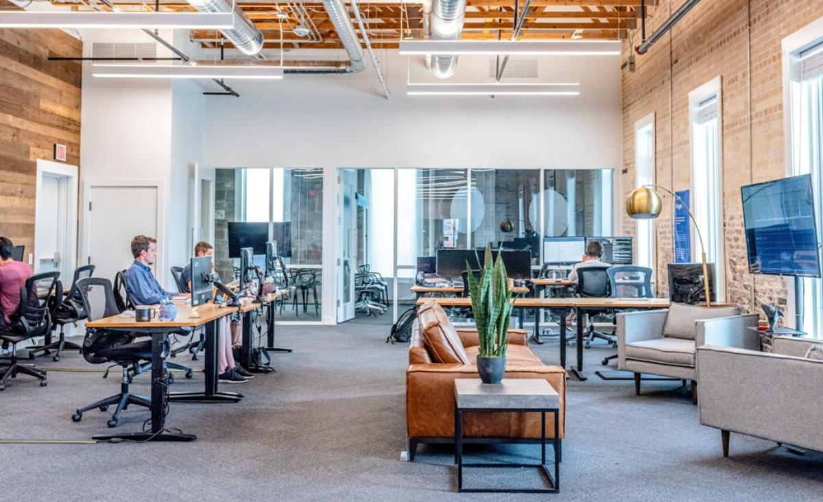 Dolegliwości związane z pracą siedzącą – poznaj je i dowiedz się, jak sobie z nimi poradzić!