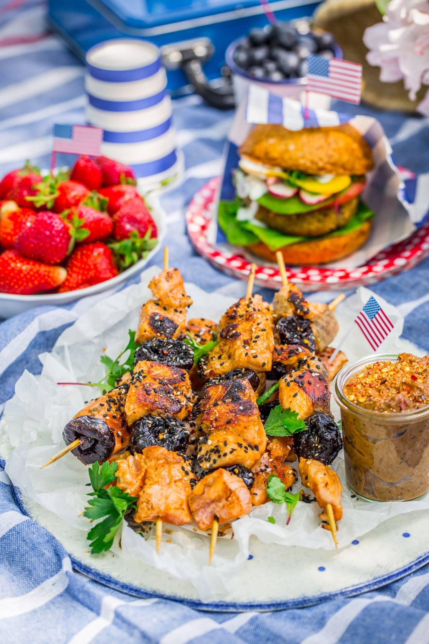 Przepisy ze śliwką kalifornijską: szaszłyki z łososia oraz burgery wegetariańskie