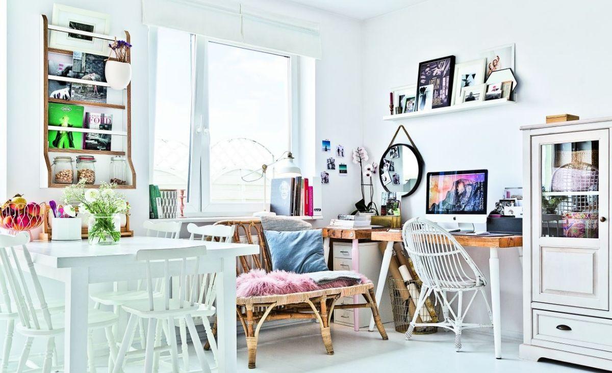 Wnętrza są jasne i świetliste. Nie ma zasłon, ściany i podłogi są białe. (Fot. materiały Westwing)