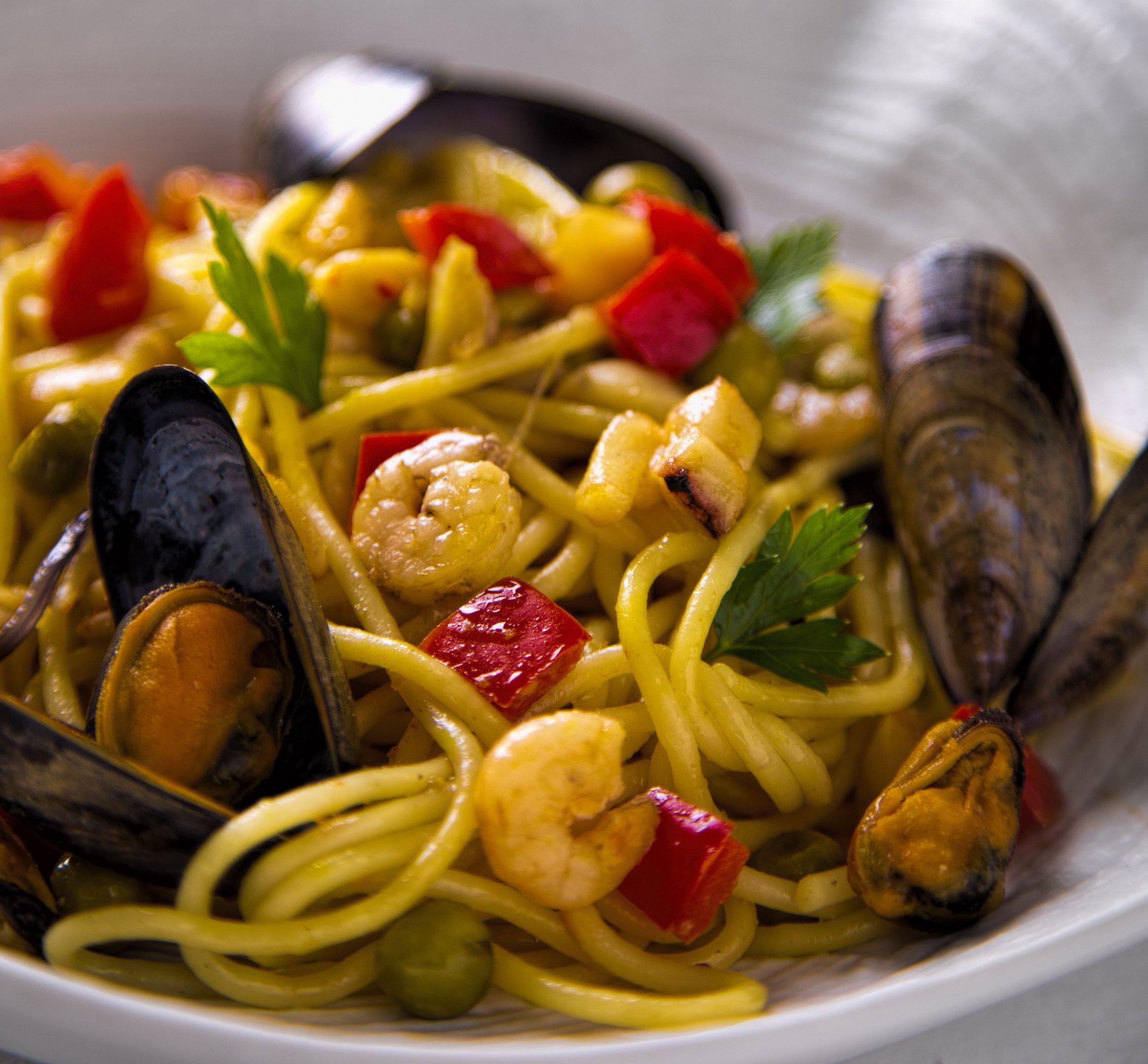 Spaghetti w szafranowym sosie z owocami morza