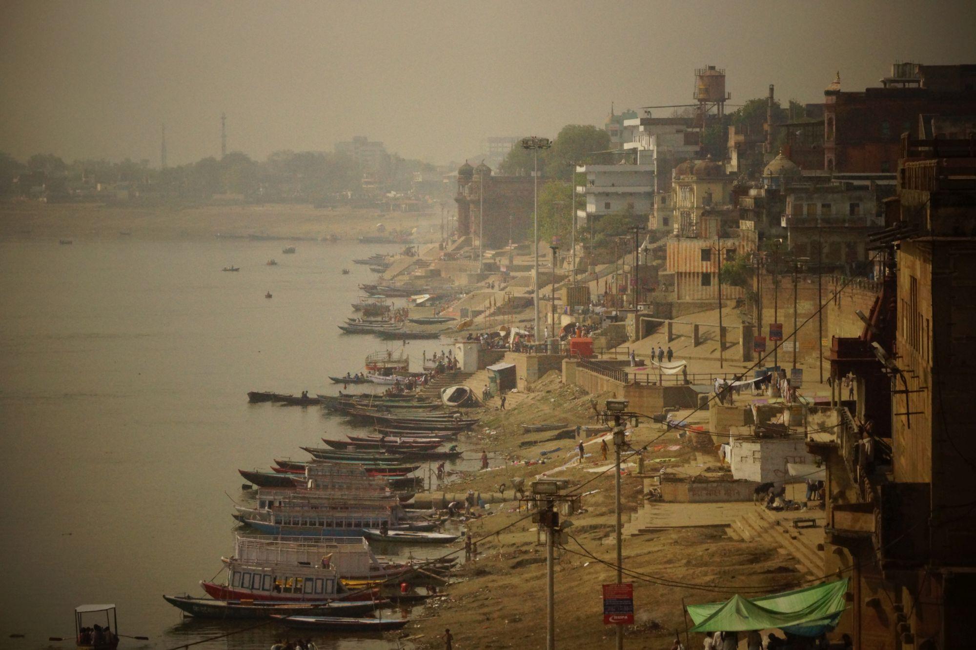 Kilkusetletnie budynki  nad brzegami Gangi