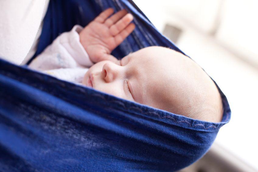 Dlaczego warto nosić dzieci w chuście?