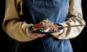 2014/09/tylko-sie-nie-truj-woman-in-an-apron-holds-a-plate-of-buckwheat-in-her-hands-picture-id1251180293.jpg