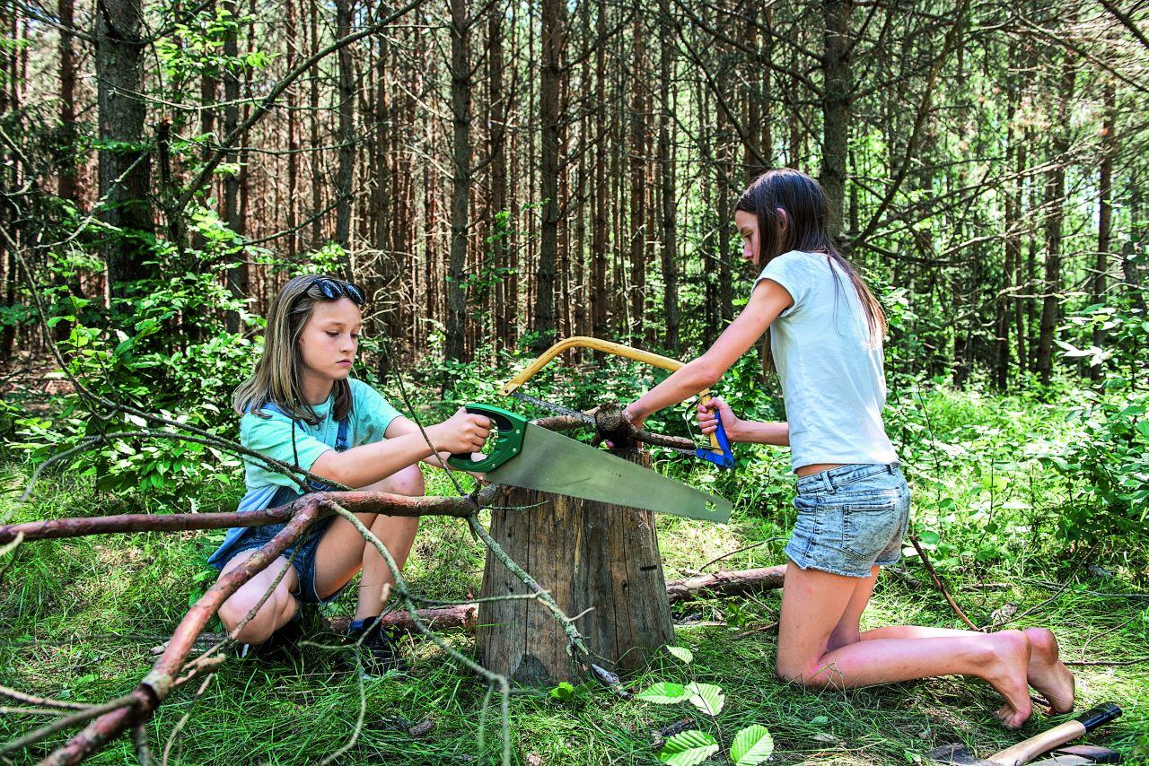 Gabson i Maja tną drewno na opał (Fot. Anna Maziuk)