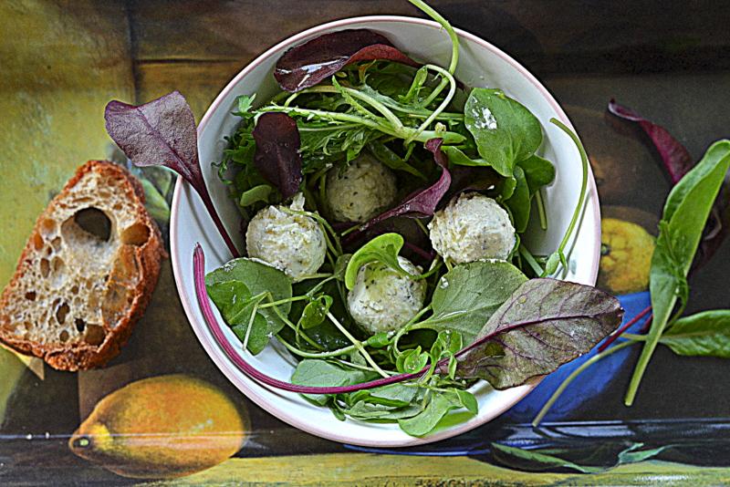 Miska wiosennych liści z kozim serem i oliwą