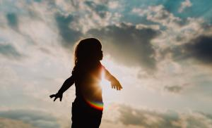 2021/01/zycie-po-stracie-dziecka-silhouette-of-happy-little-girl-play-at-sunset-picture-id857290344.jpg