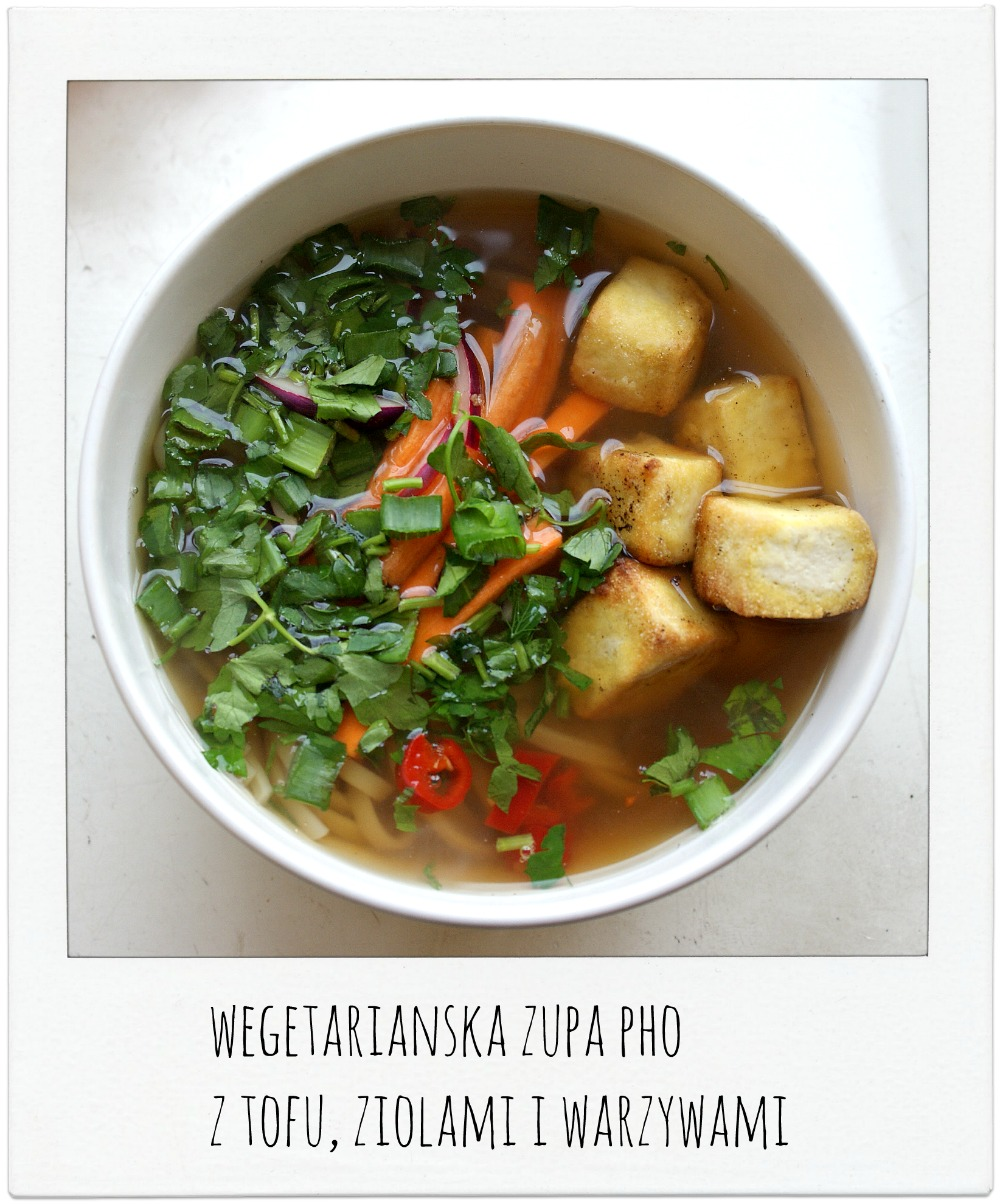 Wegetariańska zupa Pho z makaronem ryżowym i tofu