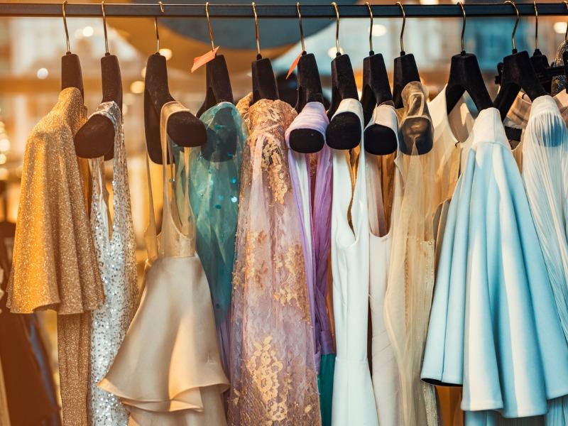 Przegląd sukienek na wiosnę w najmodniejszych kolorach sezonu