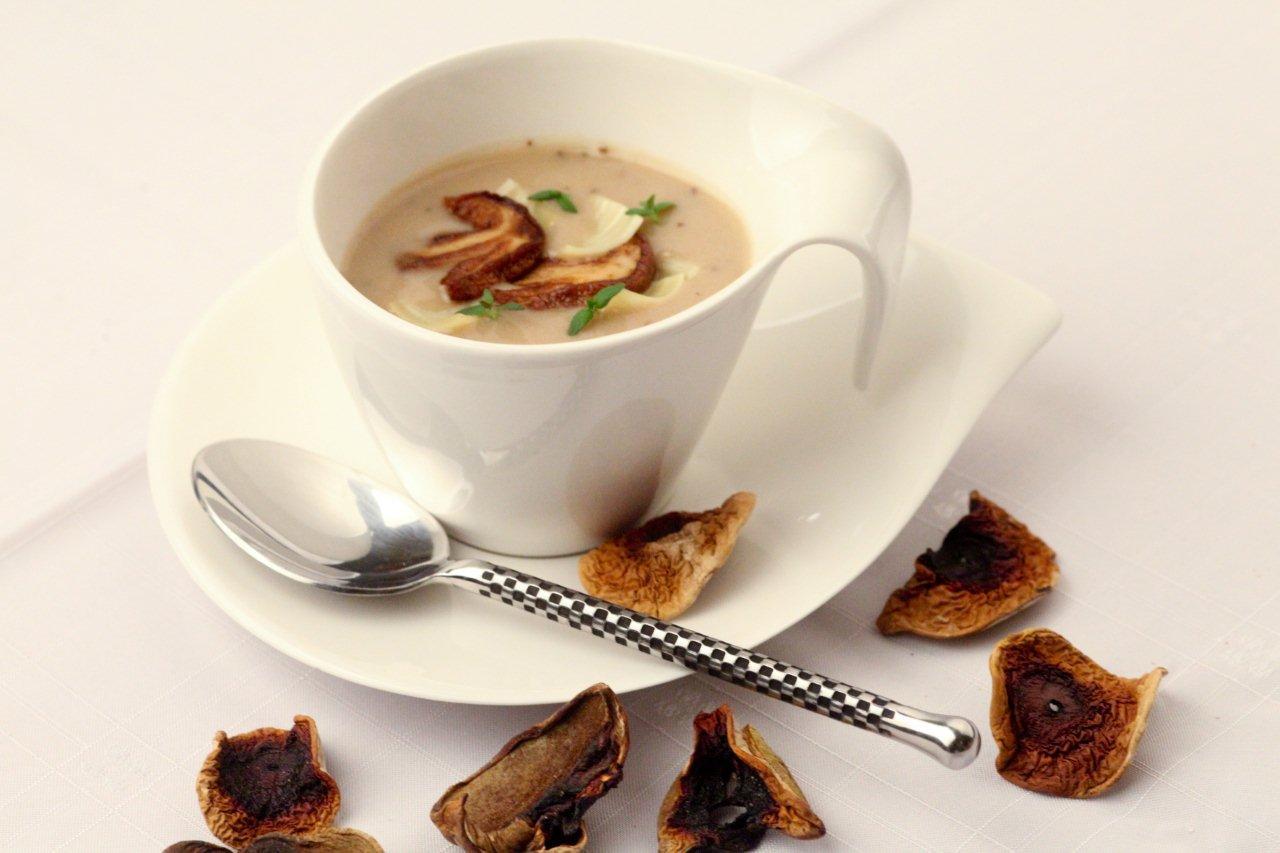 Zupa krem z borowików aromatyzowana oliwą truflową podana z łazankami