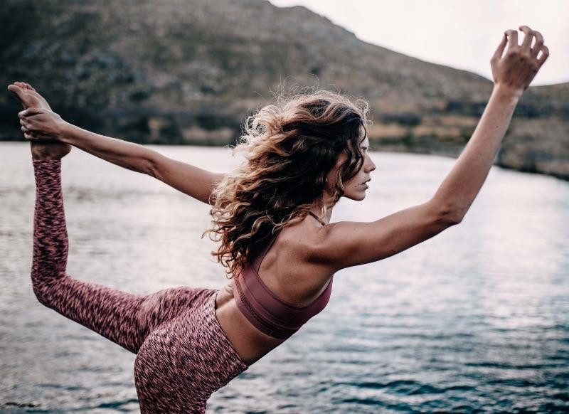 Joga, dba nie tylko o giętkie i silne ciało. Poprawia samopoczucie i wspomaga w leczeniu stanów lękowych i symptomów wypalenia zawodowego. (Fot. iStock)