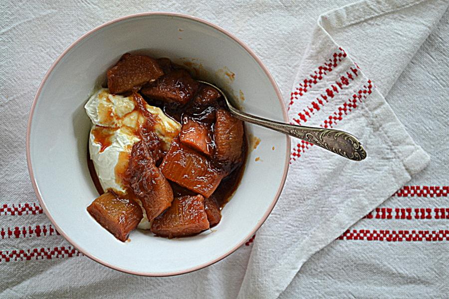 Karmelizowany rabarbar z kozim serkiem za kuchennymi drzwiami