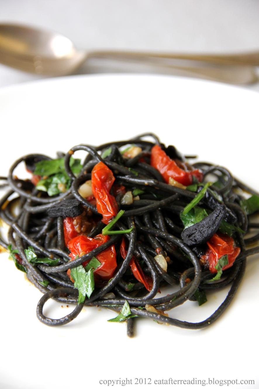 Czarne spaghetti z pomidorkami czereśniowymi i czarnym czosnkiem według Eat After Reading